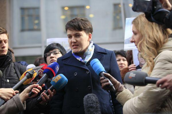 Время от времени Савченко разбавляет свои строгие наряды аксессуарами. Например, для общения с журналистами она выбрала яркий шарф, который добавил женственности
