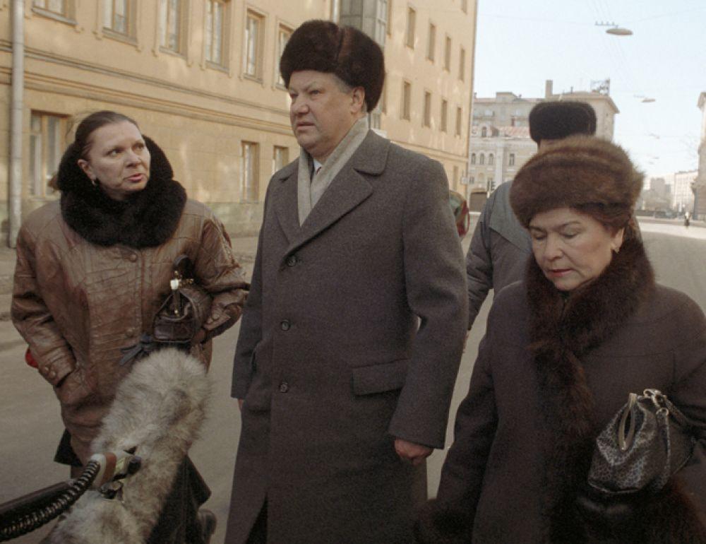 1991 год. Борис Николаевич Ельцин с супругой Наиной Иосифовной идут на избирательный участок.