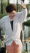 1993 год. Супруга Президента РФ Наина Ельцина ловит рыбу в загородной резиденции Президента РФ в Завидово.