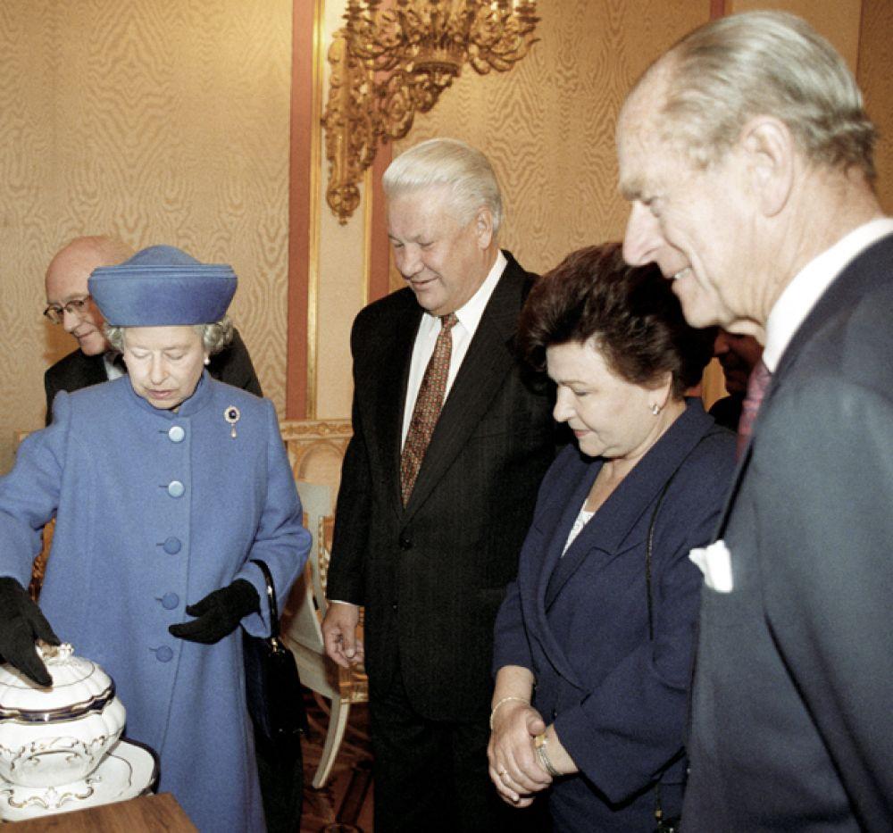 1994 год. Президент России Борис Ельцин, Наина Ельцина и королева Великобритании Елизавета II во время осмотра Большого Кремлевского дворца.