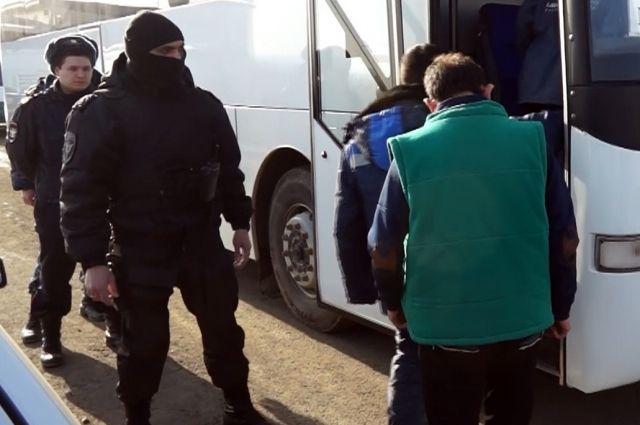 Массовое задержание гастарбайтеров изСредней Азии ваэропорту Ростова попало навидео