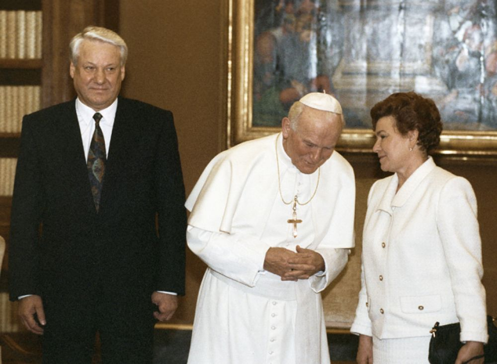 1991 год. Президент России Борис Ельцин, Наина Ельцина и Папа Римский Иоанн Павел II во время встречи в Ватикане.