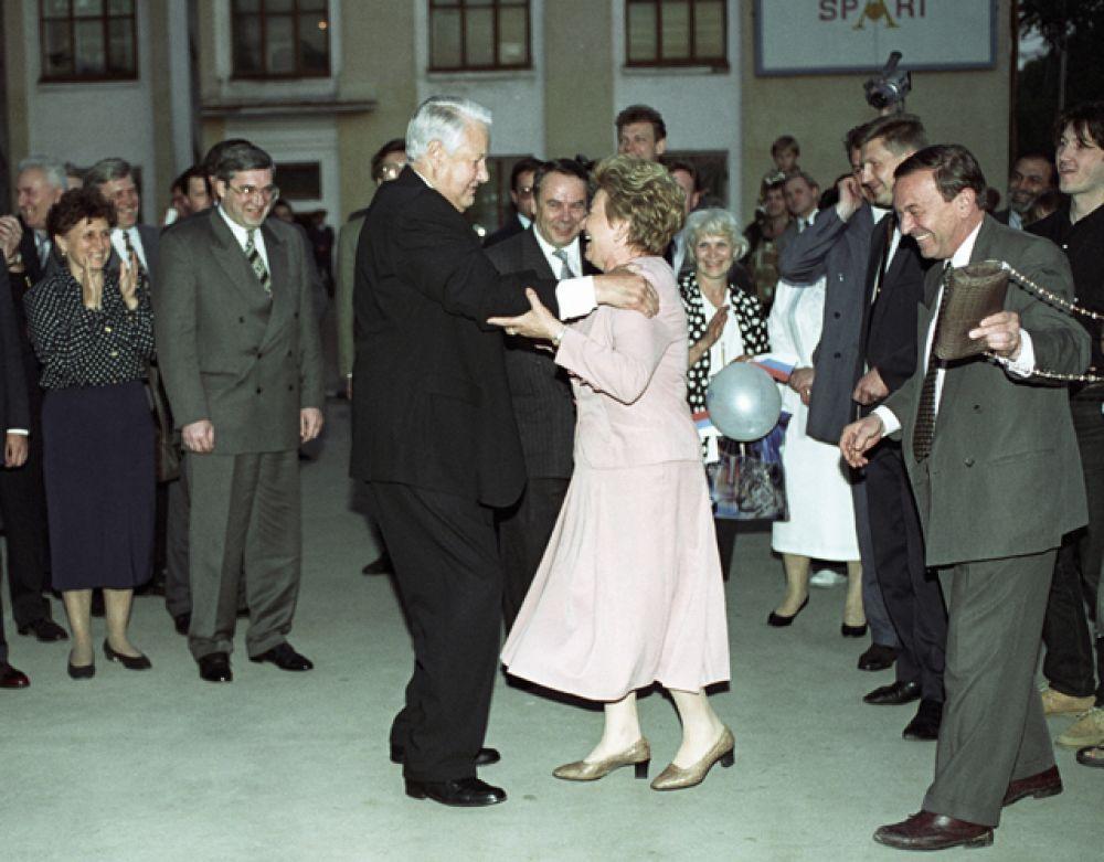 1996 год. Президент РФ Борис Ельцин и его супруга Наина Иосифовна танцуют на митинге-концерте в поддержку Президента РФ в Новосибирске.