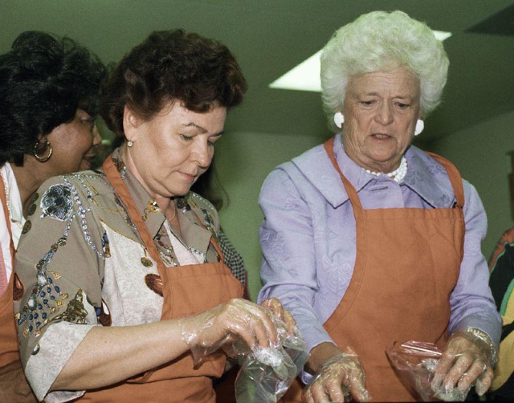 1992 год. Cупруги Президентов России и США Наина Ельцина и Барбара Буш во время приготовления обеда на кухне приюта для детей-сирот.