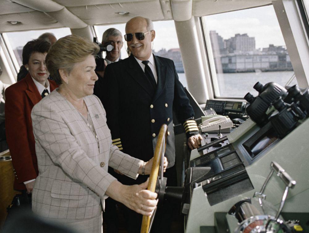 1995 год. Супруга Президента РФ Наина Ельцина стоит у штурвала во время прогулки на яхте вокруг Манхеттена.