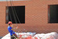 Плотники находились под балконом строящегося дома.