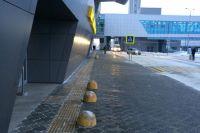 Вот такие противотаранные столбы поставили у входа в аэропорт, чтобы ни одна машина не смогла заехать внутрь.
