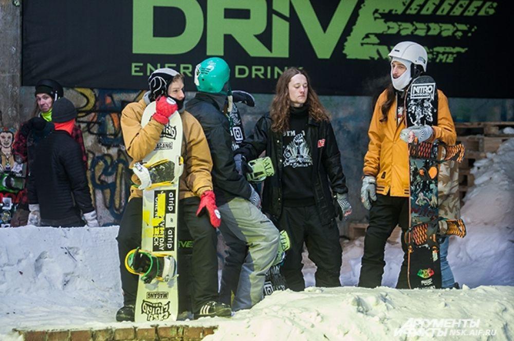 Сноубордисты в ожидании выступления