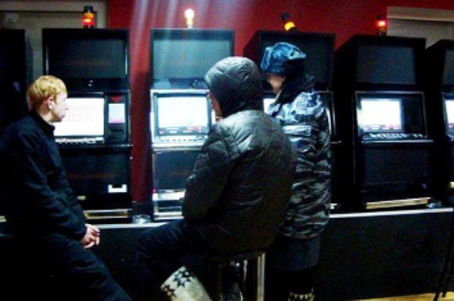 В помещении были обнаружены и изъяты 12 аппаратов для азартных игр.