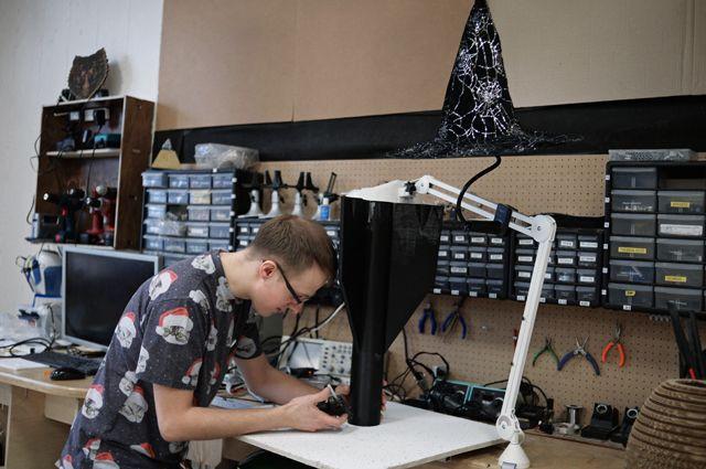 Юноша конструирует модель в Центре технологической поддержки образования Национального исследовательского технологического университета «МИСиС» в Москве.
