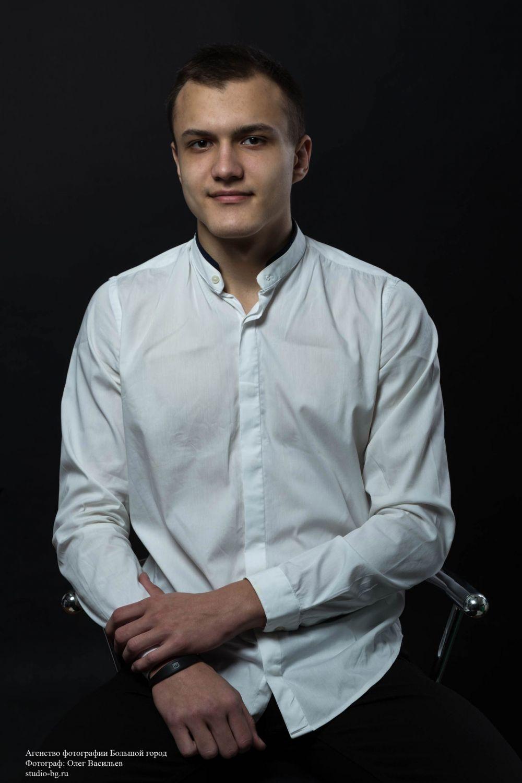 Артем Богачев, Волгоградский энергетический колледж. Профессионально занимается волейболом, увлекается танцами, музыкой, исполняет песни.