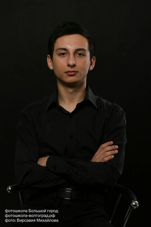 Самир Аджалов, МФЮА. Участник команды КВН «А-мега». Играет гитаре, пианино. Не раз принимал участие в вокальных конкурсах, на которых был удостоен различных наград.