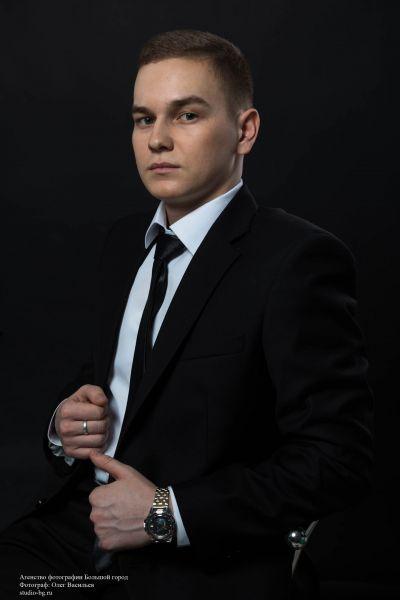 Юрий Смирнов, Газпром колледж Волгоград. Любит футбол, походы. Пишет стихи и песни, которые нередко исполняет у костра.