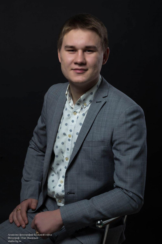 Наиль Мухтаров, Волгоградский строительный техникум. Занимается дзюдо, неравнодушен к театру, поэзии, опере.