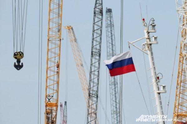 Над стройкой развевается российский флаг.