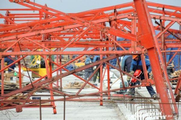 Строительство моста идет круглые сутки.