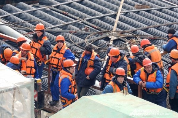 На морских участках все строители работают в спасательных жилетах.