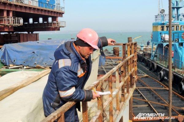 На строительной площадке контролируют соблюдение экологических норм, чтобы не навредить окружающей среде.