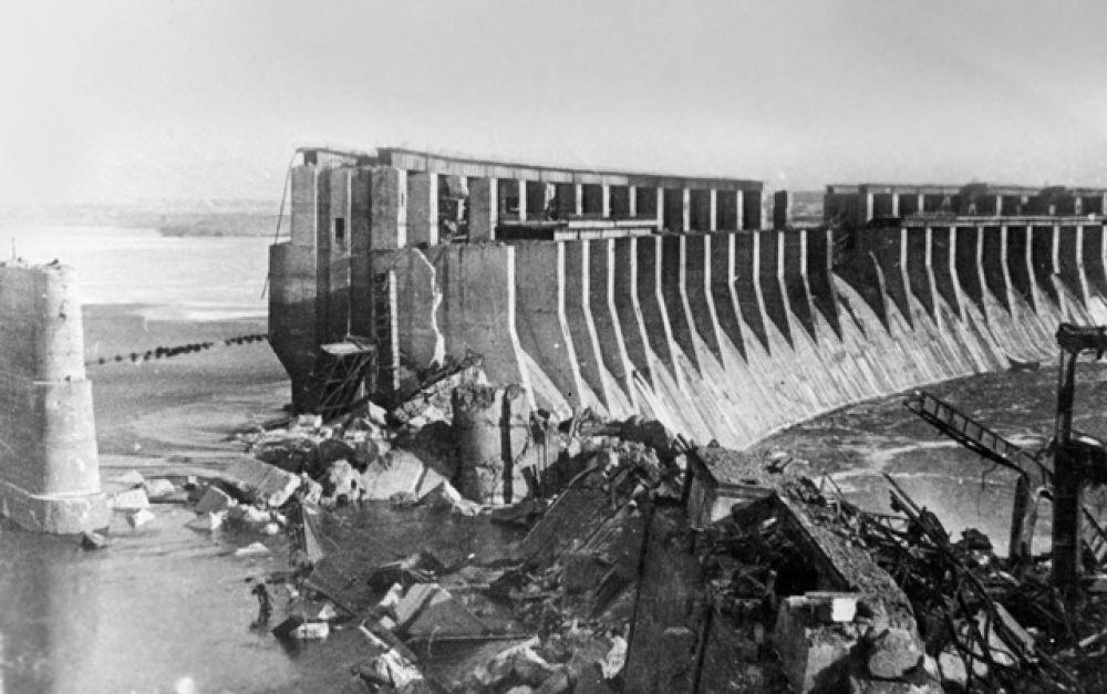 ДнепроГЭС во время Великой Отечественной войны. 18 августа 1941 года после прорыва немецких войск в районе Запорожья плотина ДнепроГЭС была взорвана согласно распоряжению Генштаба СССР. А осенью 1943 года была взорвана снова, на этот раз отступающими немецкими войсками.