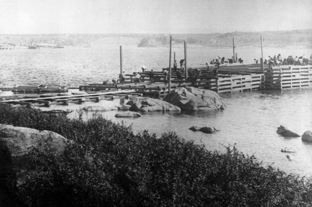 Возведение перемычек на Днепре во время строительства ДнепроГЭС, 1927 год.