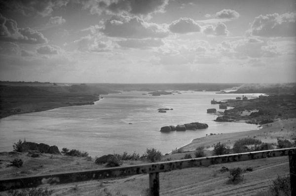 Правый берег Днепра — место будущего строительства Днепровской гидроэлектростанции — пятой ступени каскада гидроэлектростанций. Репродукция фотографии 1927 года.