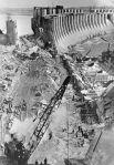 Рабочие восстанавливают ДнепроГЭС, разрушенную во время Великой Отечественной войны, август 1945 года.
