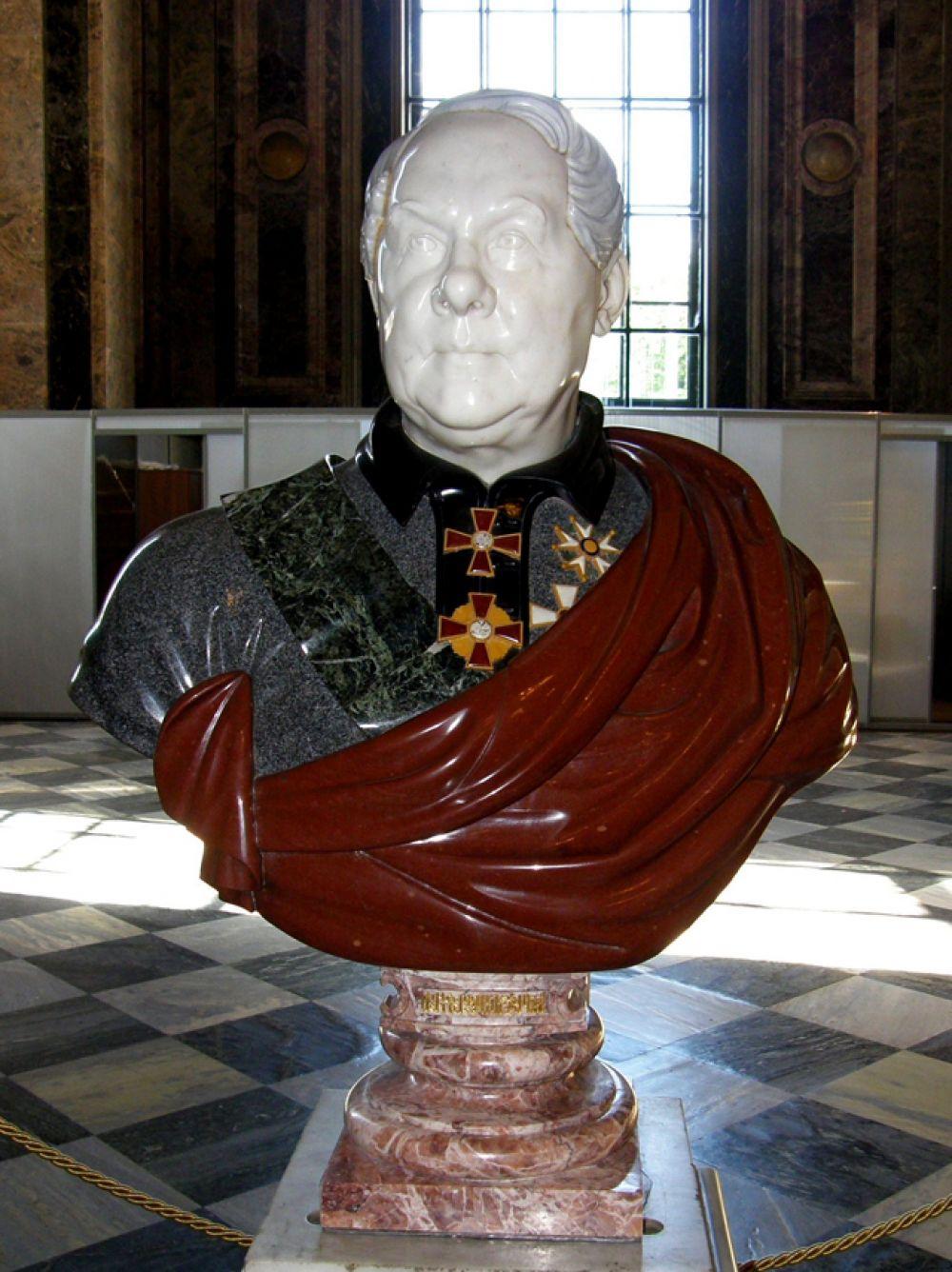 Внутри собора находится бюст архитектора Огюста Монферрана работы скульптора Фалетти из разных пород камня, использованных при облицовке собора.