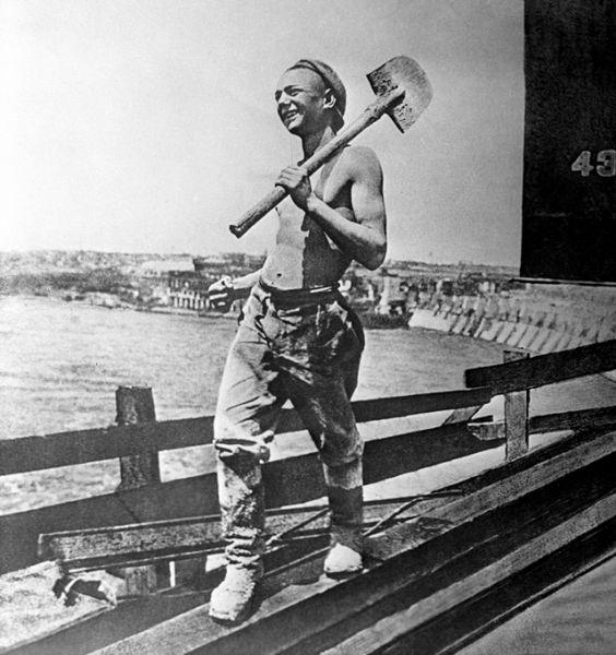 Молодой советский рабочий на строительстве ДнепроГЭС, 1928 год.