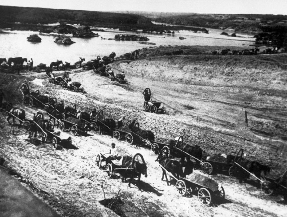 Рабочие на телегах перевозят землю и песок. Строительство ДнепроГЭС, 1927 год.