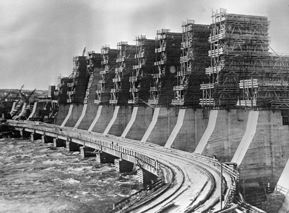 Строительство плотины ДнепроГЭС, 1932 год.