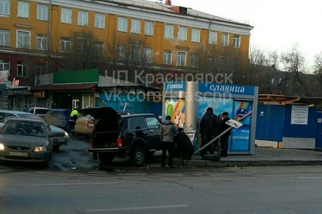 «Нива» протаранила павильон смороженым вКрасноярске