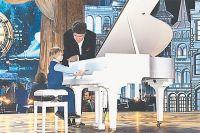 Чтобы Елисей дотянулся до клавиш, организаторам телеконкурса приходится идти на всевозможные ухищрения. На сцене вместе с мальчиком Денис Мацуев.