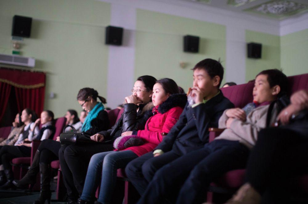 В Усть-Орде на показ собрались любители кинематографа всех возрастов.
