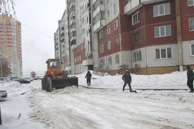 Сотрудники ЖКХ ежедневно убирают снег.