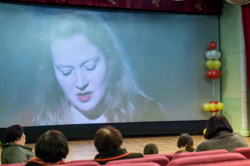 В фильме снялась известная российская актриса Юлия Ауг.