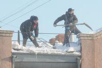 В Ноябрьске снег с крыши упал на коляску с ребенком