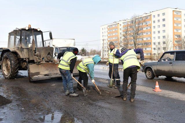Подрядчики начали ремонты по гарантии. Но в городе столько разбитых дорог, что эта работа почти не заметна.