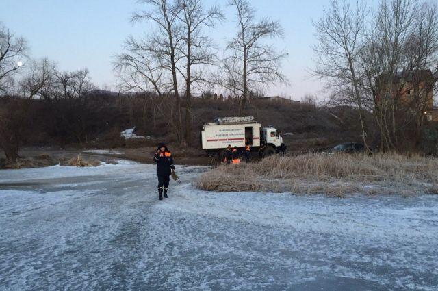 Под Саратовом cотрудники экстренных служб сняли рыбака сотколовшейся льдины