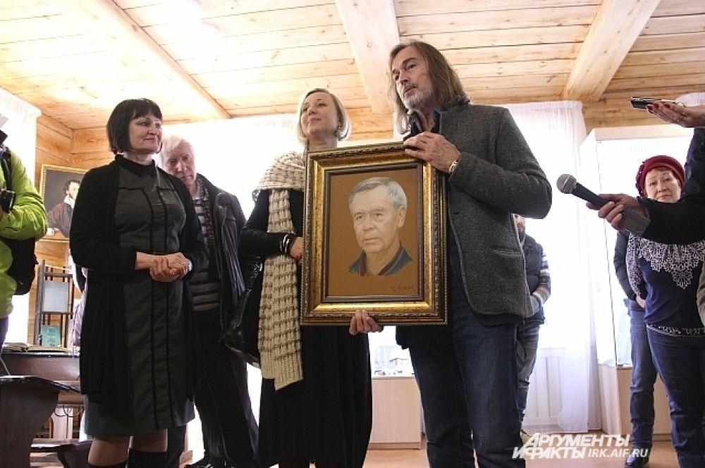 К открытию музея известный художник Никас Сафронов написал портрет писателя и лично привёз его в Иркутск. Он отметил, что не был знаком с Валентином Григорьевичем лично: портрет писал по фотографиям Распутина, и вдохновлялся его светлыми произведениями.