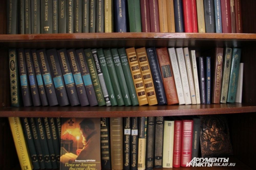 В кабинете Распутина можно увидеть его библиотеку, в которой собрана как классика, к примеру Тургенев и Стендаль, так и современные писателю книги - например, тексты его друга литературного критика Валентина Курбатова, который каждое лето бывает в Иркутске на литературных вечерах.