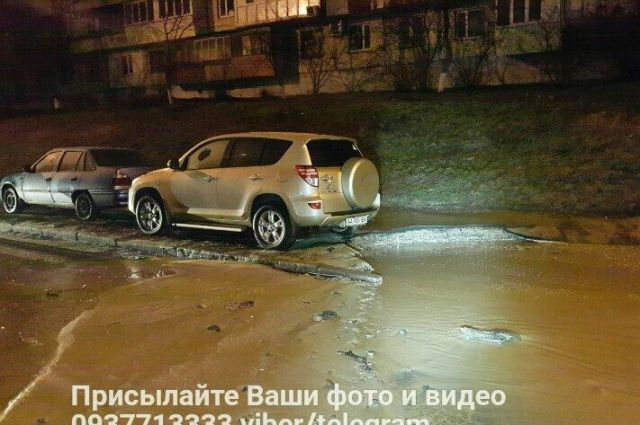 Улицу Борщаговскую затопило водой