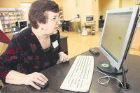 Пенсионеры экономят время и нервы, записываясь на приём к врачу и оплачивая коммунальные услуги через Интернет.