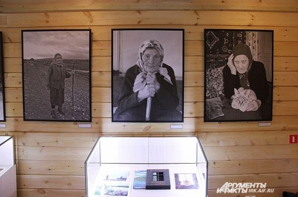В «нижнем» зале музея можно увидеть экспозицию состоящую из портретов жителей посёлков у Ангары - главных персонажей книг Распутина.