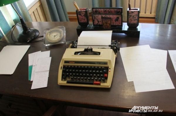 Один из самых интересных экспонатов - целый кабинет писателя, который находился в его квартире в Иркутске. На столе - подлинные рукописи Валентина Григорьевича - очерк «Вниз по Лене-реке».