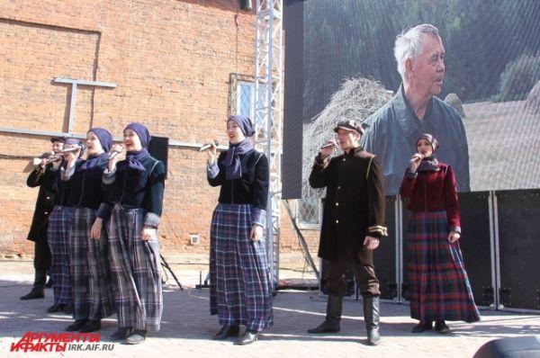 Перед открытием музея народный ансамбль исполнил песню о родных сибирских просторах.