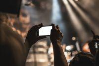 Не у всех есть профессиональная камера, но многие могут снимать на телефон.