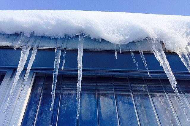 Наледь образовалась в результате несвоевременной очистки от снега крыши дома.