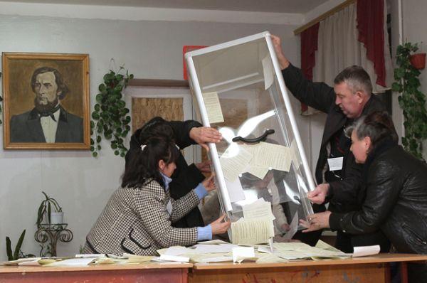 16 марта. Сотрудники одного из избирательных участков в Симферополе подсчитывают голоса по итогам референдума о статусе Крыма.