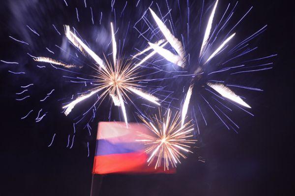 Российский флаг и праздничный фейерверк на площади Ленина в центре города после объявления предварительных результатов итогов референдума о статусе Крыма.