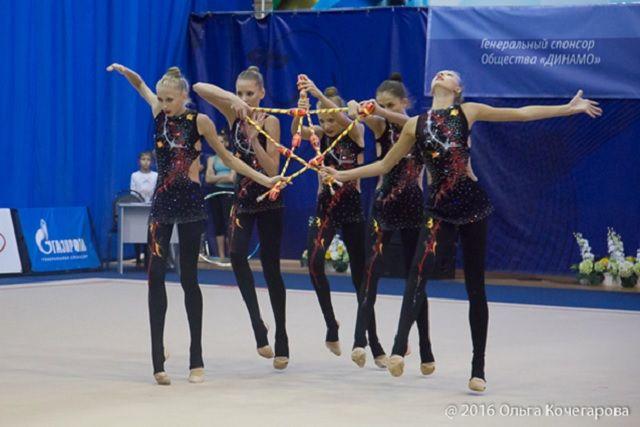 За победу в состязаниях поборются гимнастки 13-15 лет.